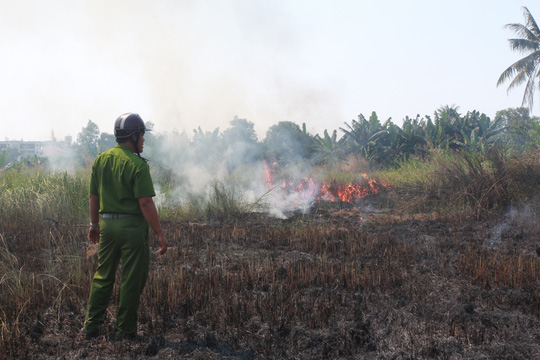 Đốt rác cháy lan bãi cỏ khô, hàng chục hộ dân hoảng sợ