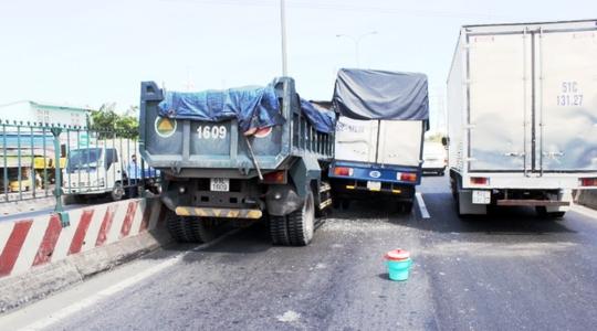 Hiện trường vụ tai nạn xe ben tông vào xe tải gây tai nạn liên hoàn trên quốc lộ
