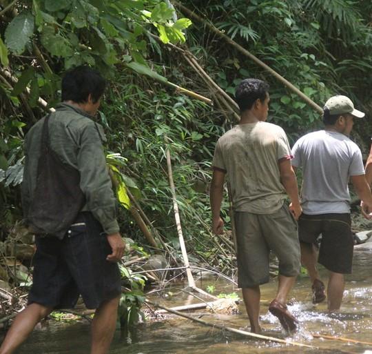 Để vào khu vực thảm sát phải lội qua nhiều khe suối sâu.