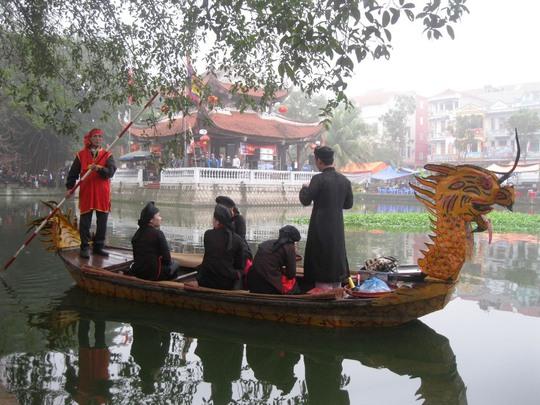 Liền anh, liền chị hát tại hồ Thủy Đình - điểm trung tâm của Hội Lim