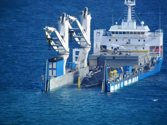 Tàu Rolldock tháo nước vào khoang chứa tàu ngầm Nước ngập khoang tàu ngầm Hải Phòng Vùng nước xung quanh được phong tỏa bởi nhiều tàu hải quân Hai tàu lai dắt tàu Hải Phòng vào quân cảng Tàu Hải Phòng đã vào quân cảng an toàn