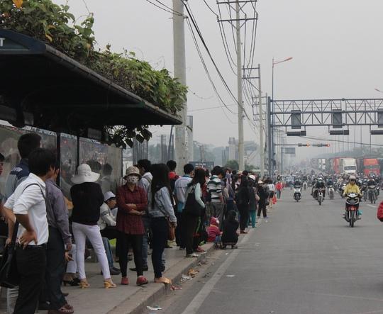 Nhiều người mỏi mòn chờ xe buýt vì xe không tới đành phải bắt xe ôm đi cho kịp giờ làm