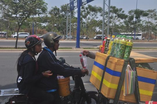 Hàng nước giải khát ven đường trở nên đắt khách trong nắng nóng