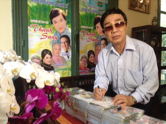 NSƯT Thanh Sang ký tên trên dĩa của ông, tặng khán giả hâm mộ