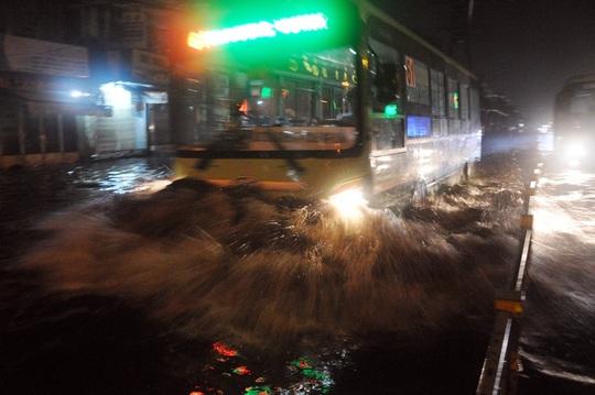 Chiếc xe buýt chạy qua khiến nhiều người đi đường té ngã do sóng nước