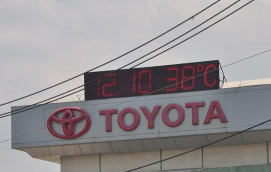Dù Trung tâm Dự báo Khí tượng thủy văn Trung ương dự báo nhiệt độ cao nhất tại TP HCM ngày 4-5 là 36 độ C nhưng tại công ty Toyota nhiệt độ đo được lúc 12 giờ 10 phút là 38 độ C