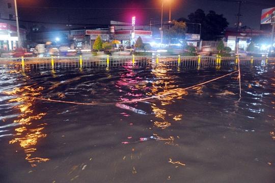 Người dân cắm cây cảnh báo khu vực nước sâu