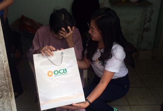 Đại diện OCB trao quà cho cụ già neo đơn ở quận 5.