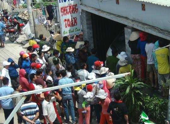 Người dân vây kín bên ngoài công nhà nghỉ để theo dõi vụ việc