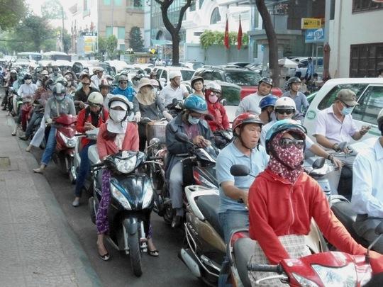 Ùn tắc tại giao lộ Nguyễn Du - Pasteur ngày đầu cấm đường Pasteur và Lê Duẩn phục vụ lễ mít tinh 30-4