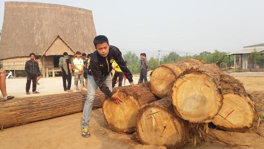 Số gỗ bị người dân bắt giữ tại nhà rông làng Kon Sơ Lăl