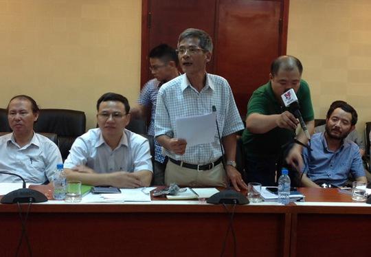 Ông Hoàng Văn Bảy, Cục trưởng Cục Quản lý tài nguyên nước (thứ 3 từ trái qua), trả lời câu hỏi của báo chí
