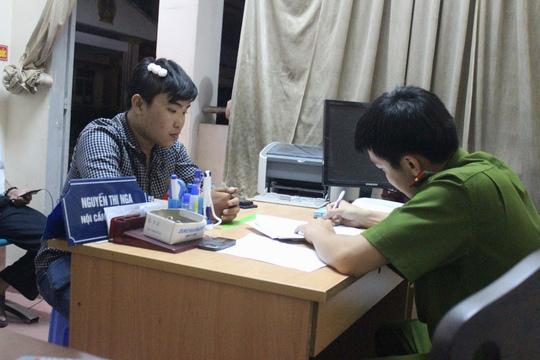 Phóng viên Linh Hoàng đang trình báo vụ việc tại công an phường Long Trường (quận 9)