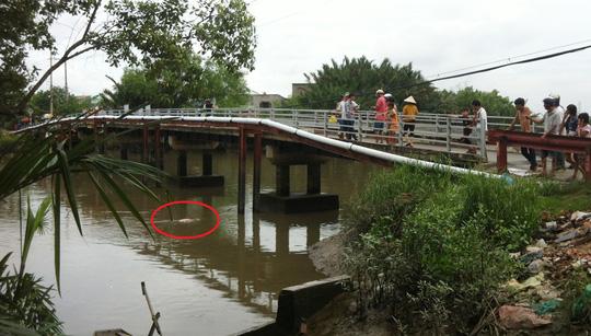 Lo sợ xác nạn nhân trôi, người dân đã dùng dây buộc vào chân cầu Phước Lộc