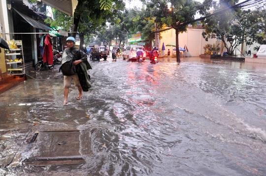 Cơn mưa khiến tuyến đường Nguyễn Văn Quá cũng bị ngập sâu