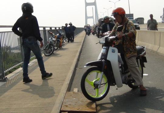 Xe máy phải lưu thông lên làn đường dành cho người đi bộ trên cầu Phú Mỹ