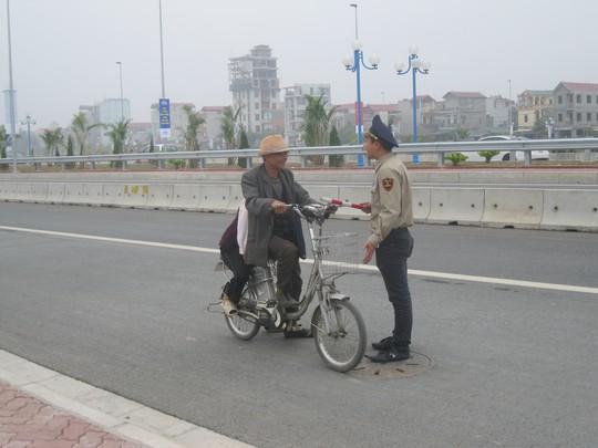 Lực lượng bảo vệ cầu Nhật tân đang giải thích phương tiện không đủ điều kiện tham gia lưu thông trên cây cầu