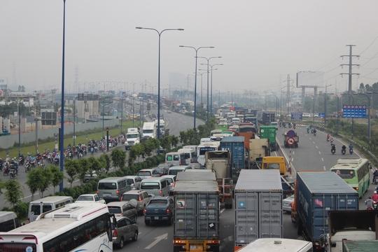 Kẹt xe trên xa lộ Hà Nội cũng kéo theo nhiều tuyến đường khác như đại lộ Mai Chí Thọ, các đường từ quận Thủ Đức, quận 9 đâm ra ùn tắc