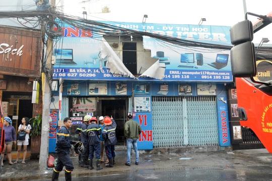 Cửa hàng máy vi tính tại quận Tân Bình bị cháy vào sáng 11-2