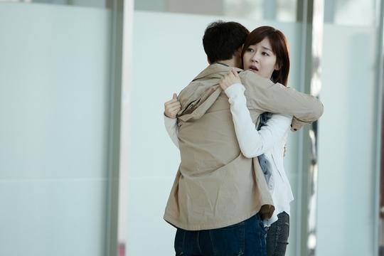 Kyung Do đến tìm Yi Hyeon khi nhìn thấy cô xuất hiện trên tivi.