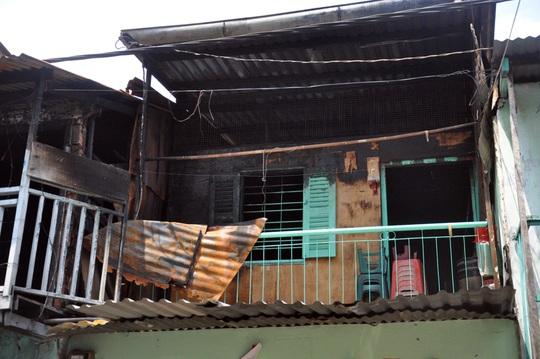 Ngọn lửa bùng cháy lớn khiến 4 người trong căn nhà 201 Lò Siêu bị mắc kẹt.