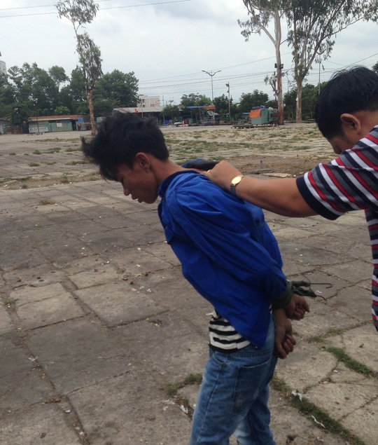 Đối tượng trộm được đưa về công an phường lấy lời khai
