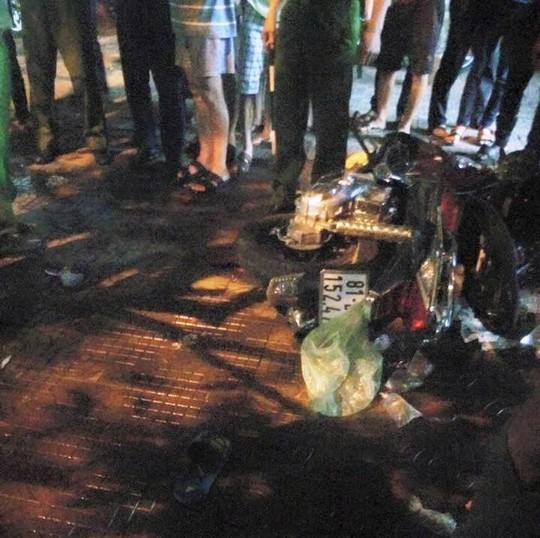 Chiếc xe máy của thanh niên tham gia ném nước bị ngã. Ảnh: V.N