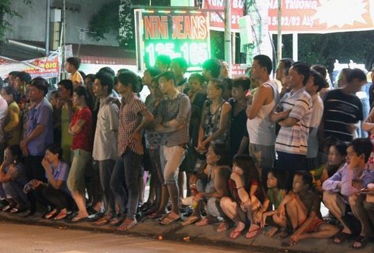 Hàng trăm người dân vây kín hiện trường theo dõi vụ tai nạn