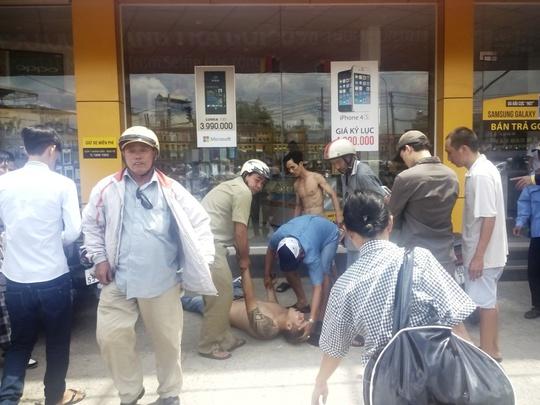Lực lượng chức năng có mặt đưa nam thanh niên người nước ngoài nghi phê ngáo đá về công an phường xử lý