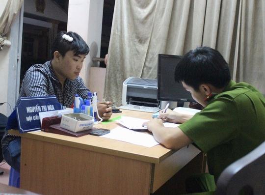 PV Linh Hoàng làm việc cùng Công an phường Long Trường, quận 9 sau vụ hành hung (ảnh: G.M)