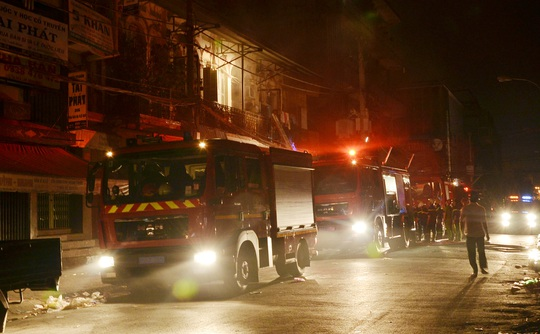 Lực lượng chữa cháy được huy động dập tắt đám cháy sau 30 phút, nhiều tài sản bên trong 2 cửa hàng tạp hóa bị cháy rụi.