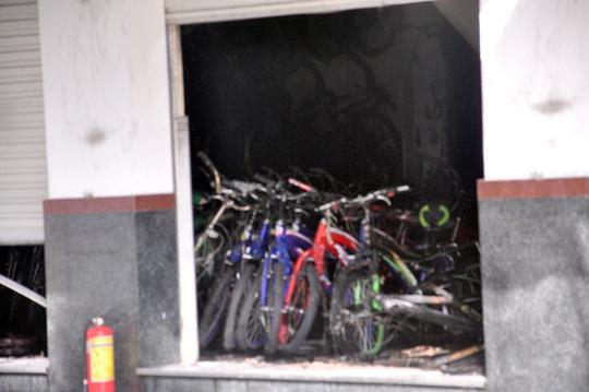 Hàng trăm chiếc xe đạp bên trong cửa hàng bị thiêu rụi khi ngọn lửa bùng cháy lớn