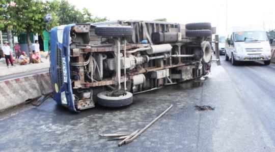 Chiếc xe tải bất ngờ bị gãy trục lật ngang, bánh xe văng xa gần 100 m trên Quốc lộ 1