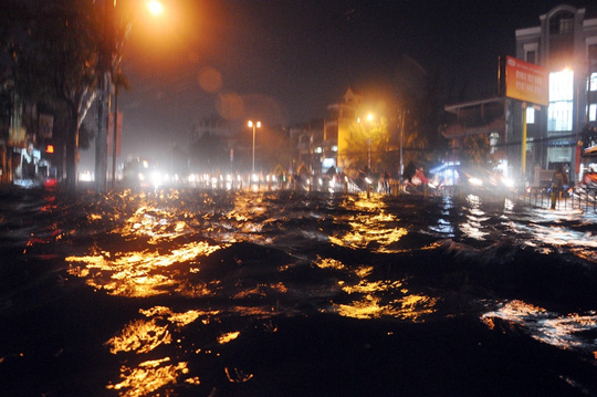 2 cơn mưa lớn liên tiếp khiến tuyến đường Kinh Dương Vương bị chìm trong biển nước đen ngòm