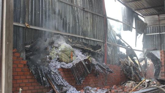 Đám cháy thiêu rụi nhiều nguyên vật liệu bên trong và làm mái tôn đổ sập.