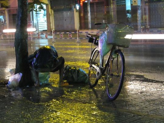 Một người nhặt ve chai trên đường Phan Văn Trị (quận Gò Vấp)