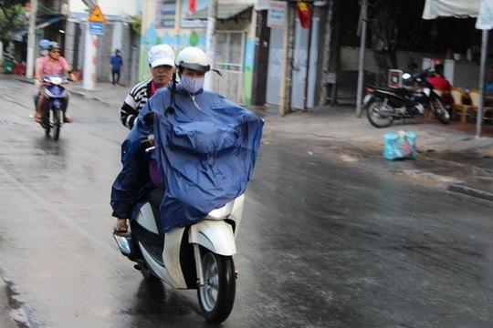 TP HCM: Đỡ ngột ngạt sau cơn mưa ngắn