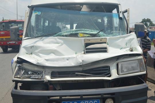Ô tô 16 chỗ hư hỏng nặng sau va chạm liên hoàn