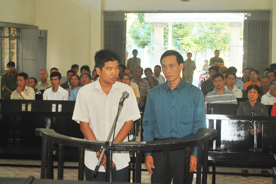 Bị can Huỳnh Ngọc Long (bên phải) và Phạm Xuân Bình trong phiên tòa sáng 5-2