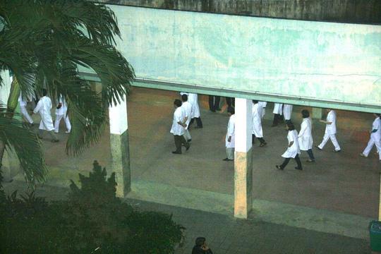 Các bác sĩ chuẩn bị vào chăm sóc cho ông Nguyễn Bá Thanh