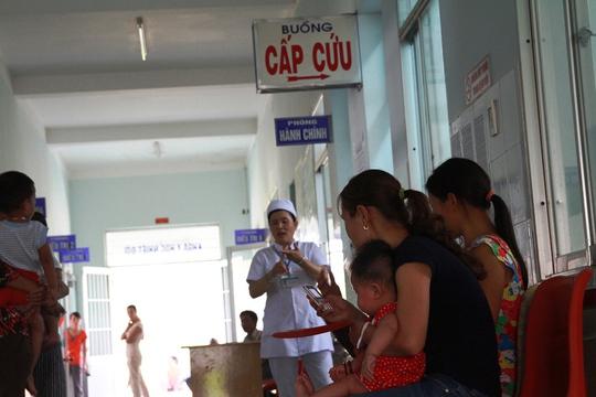 Trẻ em nhập viện điều trị tăng đột biến trong những ngày gần đây do nắng nóng gay gắt Ảnh: Tr.Thường.