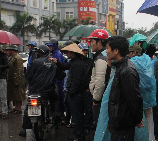 Nhiều người dân hiếu kỳ đứng xem vụ tai nạn khiến giao thông ùn tắc.