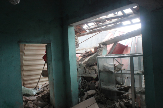 Căn nhà của ành Tình bị hư hỏng hoàn toàn sau vụ tai nạn.