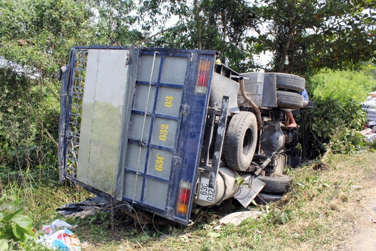 Xe tải chở phân lật nhào sau khi tông vào xe tải đang dừng bên đường