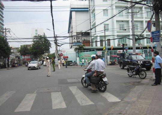 Nhiều người điều khiển phương tiện gặp lúng túng khi tuyến đường bị phong tỏa.