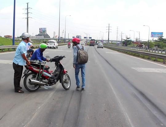 Người đàn ông khi chuyển làn đã bị té ngã do mặt đường bị lún