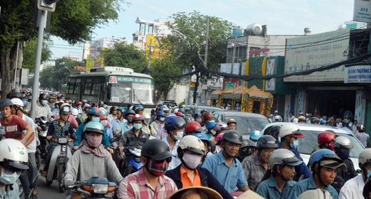 Nổ lốp, xe container gây náo loạn trên đường Trường Chinh