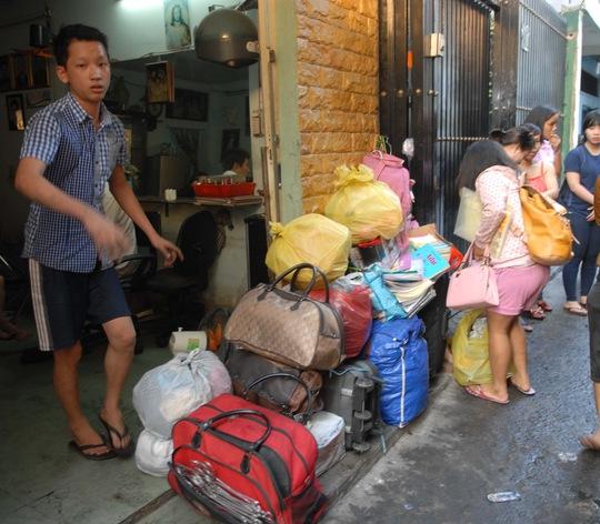 Nhiều người sợ lửa cháy lan đã khuân chuyển đồ đạc ra ngoài