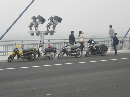 Người tham gia giao thông dừng, đỗ xe và chụp ảnh trên cầu Nhật Tân
