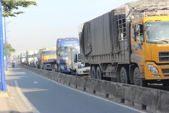 Hàng ngàn phương tiện ùn ứ trên các tuyến đường Mai Chí Thọ, Đồng Văn Cống, Nguyễn Thị Định (quận 2)